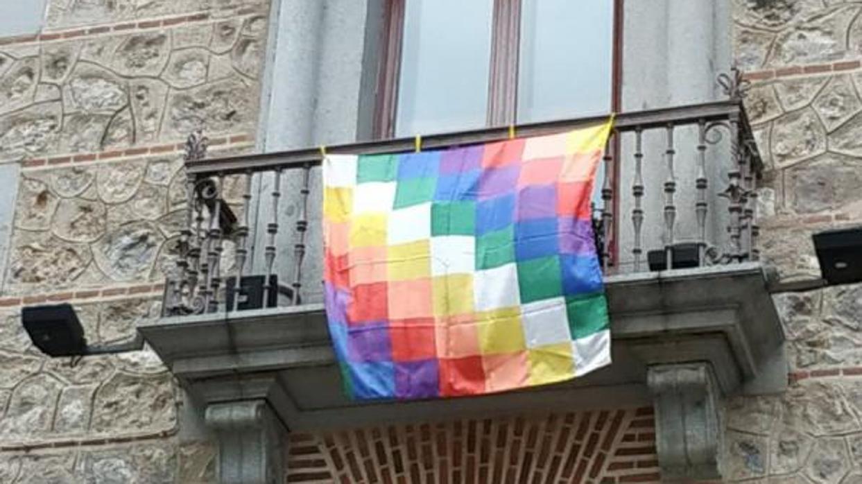 El PP llama «paleto» a Mauricio Valiente por colgar la bandera indígena en la plaza de la Villa