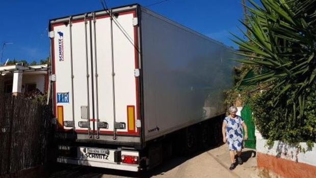 El camión empotrado bloqueando la entrada y salida de la urbanización en Sagunto