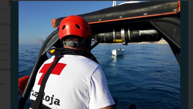 Efectivos de la Cruz Roja cerca de una de las pateras vacías