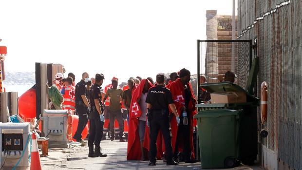 Supervivientes de la embarcación, a su llegada ayer a Almería