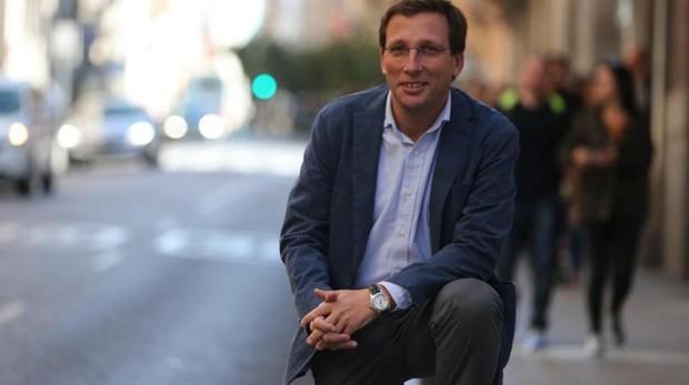 El portavoz del PP en el Ayuntamiento de Madrid, José Luis Martínez-Almeida, posa para ABC en la calle Mayor