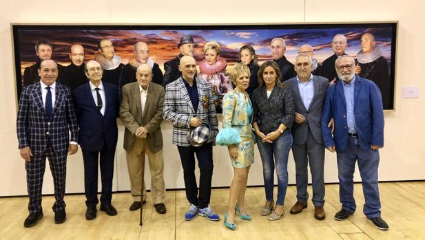 lLos artistas con la obra principal de la exposición y varias de las personalidades que aparecen en la misma