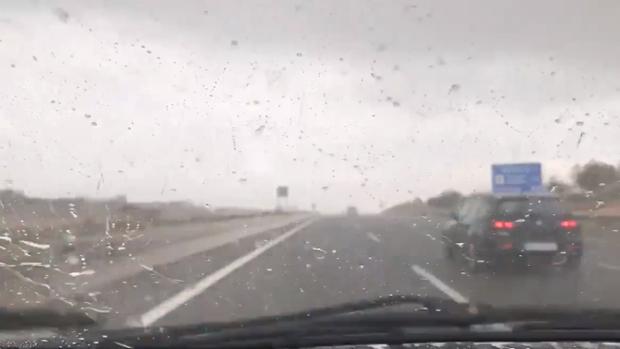Lluvia en el interior de Valencia, en una imagen difundida por AEMET de un conductor