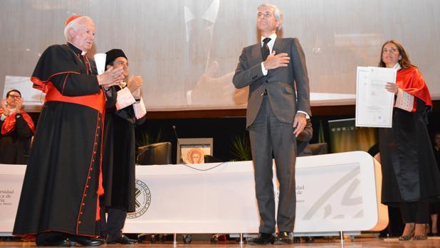 Adolfo Suárez Illana con el cardenal arzobispo Antonio Cañizares durante la investidura de su padre doctor honoris causa a título póstumo