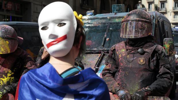 Manifestantes antifascistas independentistas se enfrentaron a los Mossos