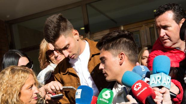 Víctor Rodríguez (d), Carlos Cuadrado (i), y Raúl Calvo, los tres exjugadores de la Arandina CF procesados por un presunto delito continuado de agresión sexual acuden al Juzgado número 1 de Aranda de Duero