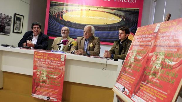 Antonio Pareja, organizador del tentadero; Manuel Lanza, presidente del Banco de Alimentos de Toledo; Eduardo Martín-Peñato, presidente de la comunidad de propietarios de la plaza, y el torero Eugenio de Mora