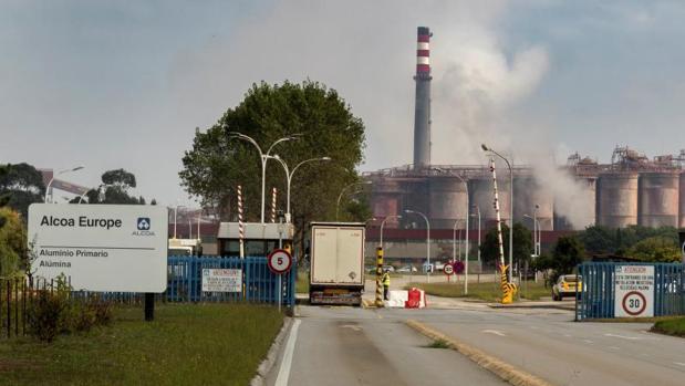 Acceso a la planta de Alcoa en San Cibrao (Cervo, Lugo)