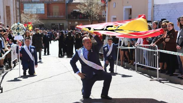 El alcalde, José Eugenio del Castillo, participa en el baile