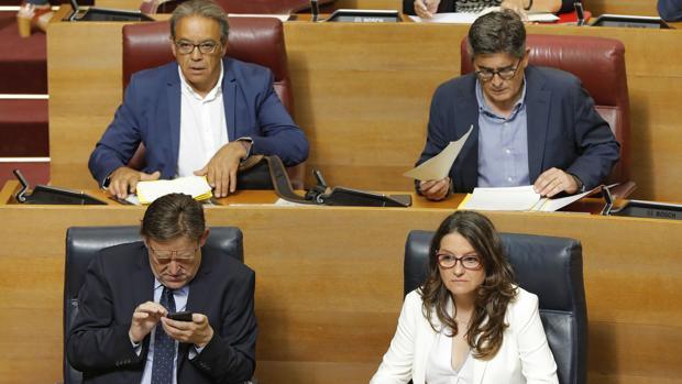Ximo Puig y Mónica Oltra, junto a los socialistas Manolo Mata y Alfred Boix
