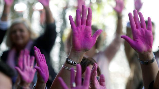 Manos pintadas de rosa en el Día Mundia de la