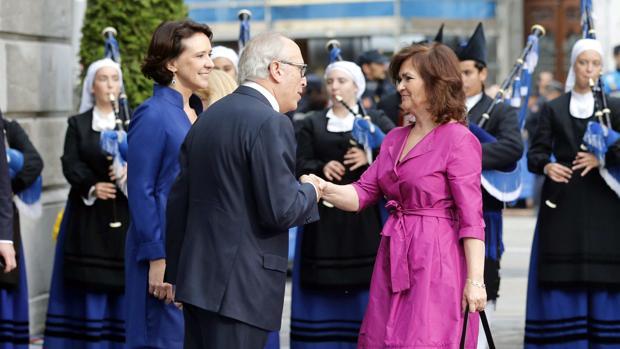 Carmen Calvo (d), saluda al presidente de la Fundación Princesa de Asturias