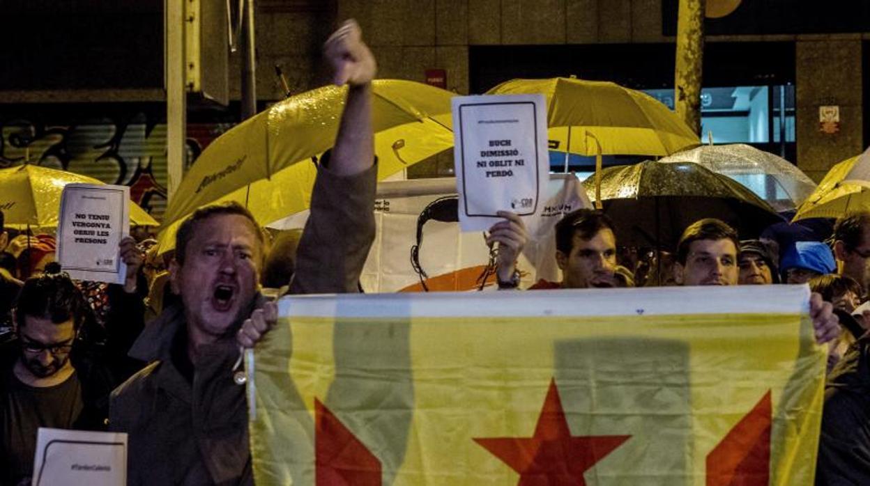 Los CDR, a las puertas de las sedes del PDECat y ERC: «O república o dimisiones»