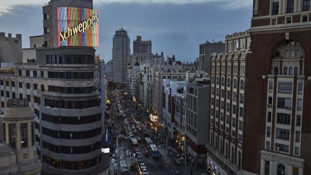 Edificio Carrión, con su célebre anuncio de neones, en la Gran Vía de Madrid
