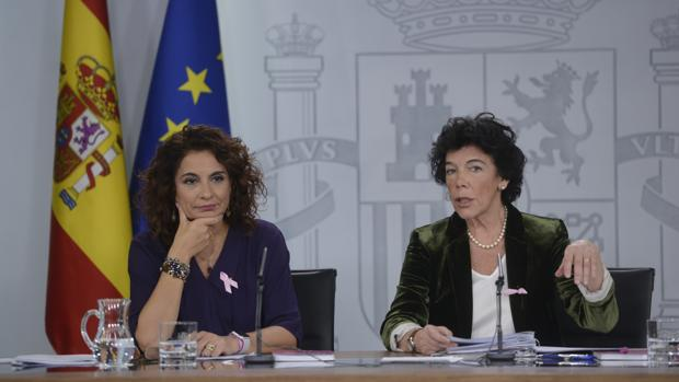 La ministra de Hacienda, María Jesús Montero, y la ministra portavoz, Isabel Celaá, compareciendo
