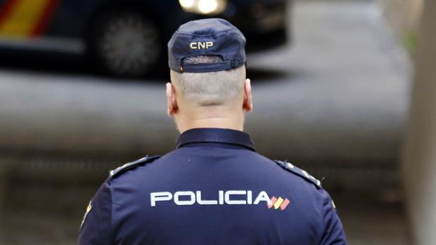 Imagen de archivo de un Policía en Alicante, en octubre