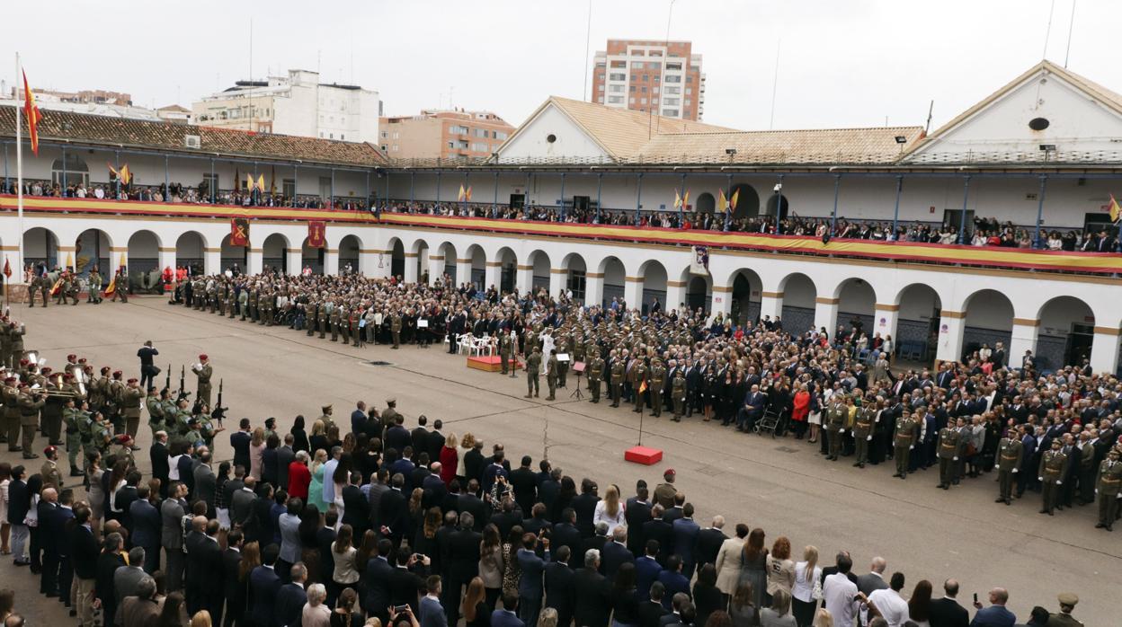 Un millar de personas participan en una multitudinaria jura de bandera en Valencia