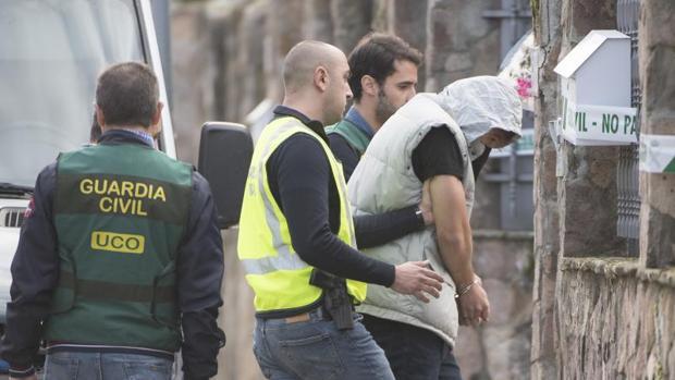 El asesino de Pioz, con capucha, pocas horas después de ser detenido tras volver de Brasil