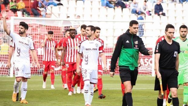 El defensa Caro fue expulsado por derribar a Luis Rioja en la frontal después de medir mal el bote del balón