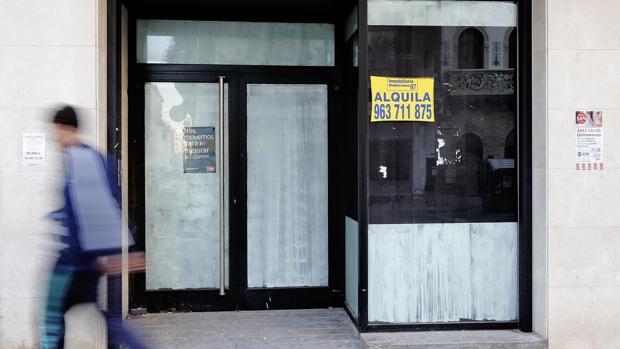 El cierre de oficinas comenzó con la crisis, se acentuó a partir de 2010 y aún no ha tocado fondo. En la imagen, una sucursal cerrada
