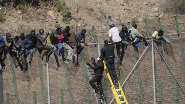 Imagen de archivo de un salto a la valla de Melilla