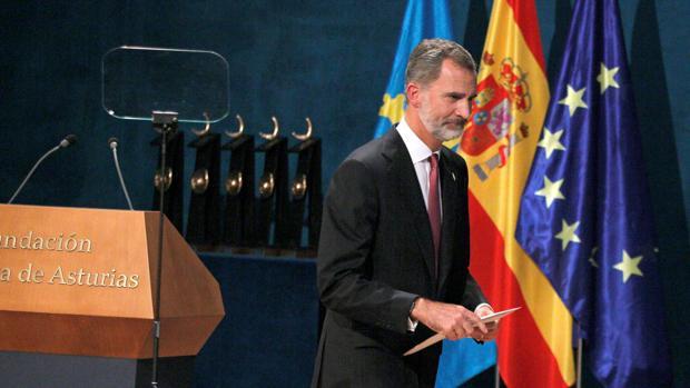 El Rey, tras su discurso en la ceremonia de entrega de los premios Princesa de Asturias, el viernes