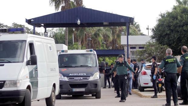 Traslado de los inmigrantes a dependencias policiales de Melilla desde el CETI de la Ciudad Autónoma
