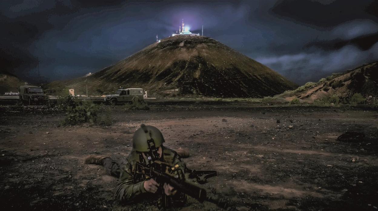 El duro trabajo nocturno de la Brican XVI del Ejército de Tierra cuando la ciudad de Las Palmas duerme