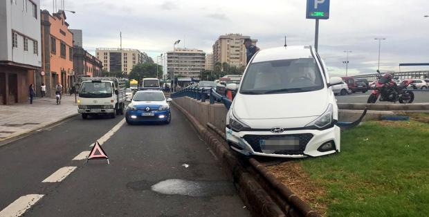 Accidente aparatoso en el interior del parking entre dos vehículos en la capital grancanaria