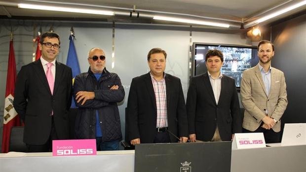 Al acto de presentación del concurso de la Fundación Soliss acudió José Antonio Iniesta, padre del jugador (segundo por la izquierda)