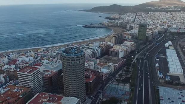 Al fondo, edificio sede de Endesa en Canarias