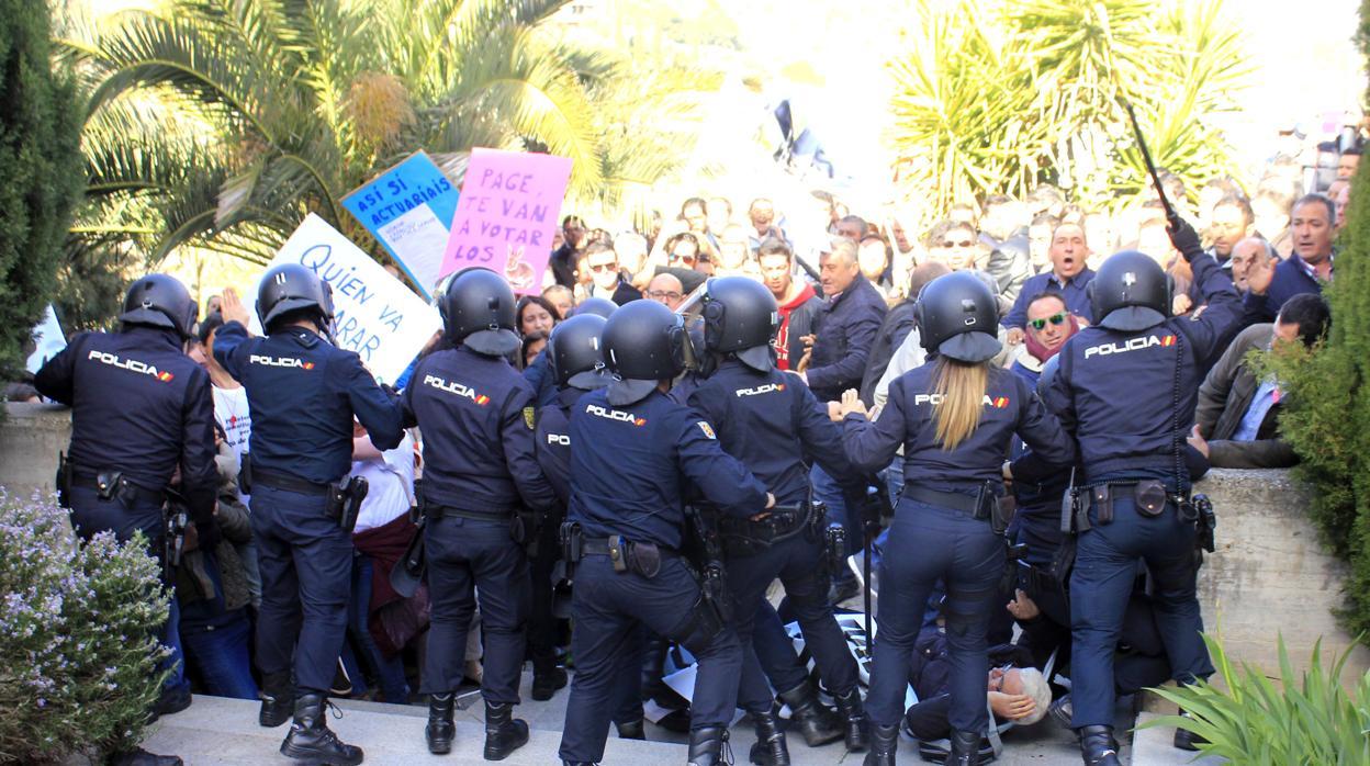 Interior ofrece «rebobinar» la instrucción que modifica la Ley de Seguridad ante el malestar sindical