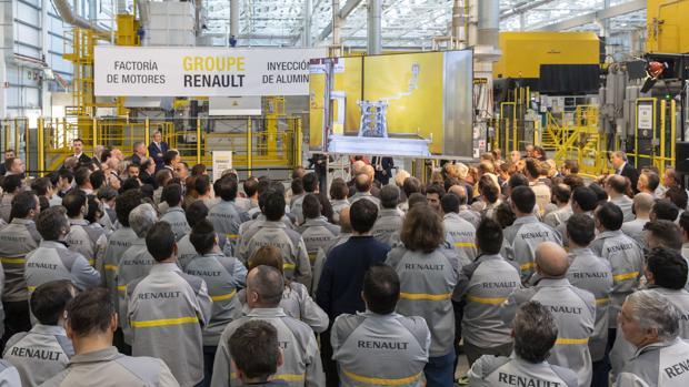 Trabajadores de Renault observan un vídeo sobre la nueva planta de inyección que tendrá Valladolid