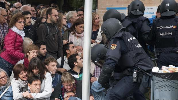 Actuación de la Policía Nacional ante uno de los colegios electorales del 1 de octubre en Lérida