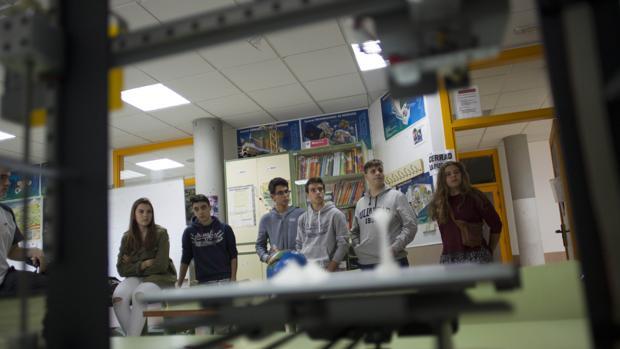 Alumnos del instituto García Lorca, de la localidad madrileña de Las Rozas, uno de los pioneros en impartir clase de robótica