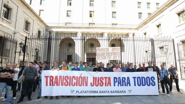 Mineros protestan ante la sede ministerial, donde gobierno, sindicatos y patronal firmaron el Acuerdo Marco para una Transición Justa de la Minería del Carbón y Desarrollo Sostenible de las Comarcas Mineras