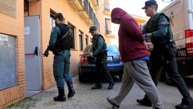 El presunto sicario acusado del asesinato de Mercedes es escoltado, en junio pasado, por agentes de la Guardia Civil a su llegada a los juzgados de Illescas