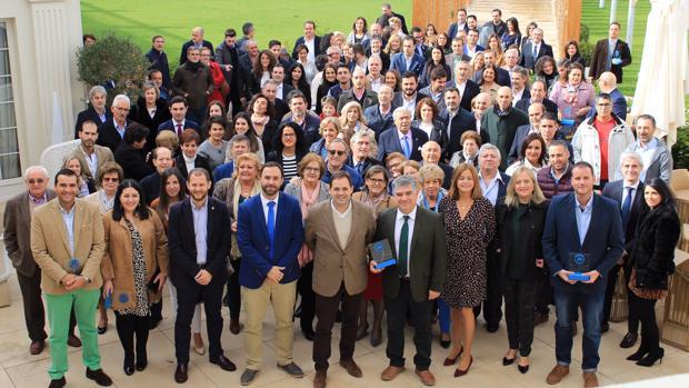 Paco Núñez, abajo en el centro, con un grupo de alcaldes y concejales del PP en Tomelloso (Ciudad Real)