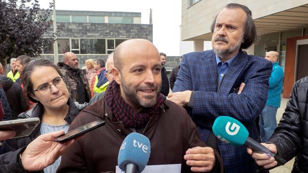 Luís Villares, este lunes, junto al diputado de En Marea Miguel Anxo Fernán Vello (detrás), en la concentración de los trabajadores de Alcoa
