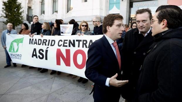 El portavoz del PP en el Ayuntamiento de Madrid, José Luis Martínez Almeida, acudió ayer a la concentración convocada por la Plataforma de Afectados por Madrid Central frente al Palacio de Cibeles
