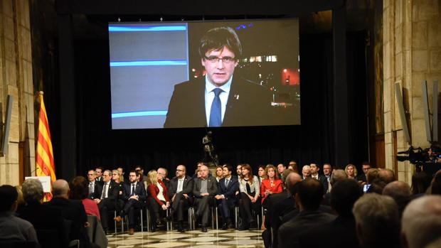 Puigdemont, durante su intervención esta tarde desde Bruselas transmitido en el Palau de la Generalitat