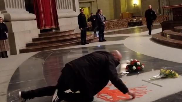 Momento en el que un individuo ha profanado la tumba