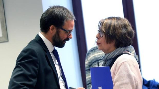 Sabanés y Fernández Heredia, gerente de la EMT, ayer, en la penúltima comisión de investigación
