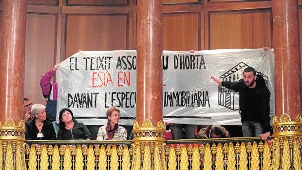 Una protesta contra la especulación inmobiliaria, durante un pleno