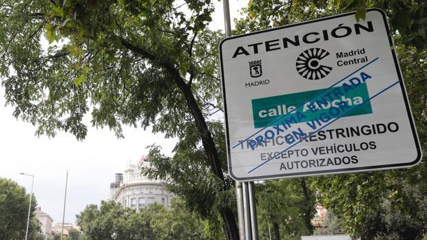 Señal que avisa de la entrada en el área de Madrid Central, donde desde el 30 de noviembre estará restringido el tráfico privado