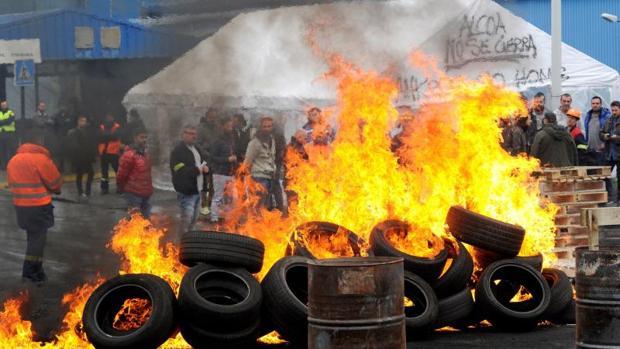 Trabajadores de la planta coruñesa de Alcoa han vuelto hoy a quemar neumáticos