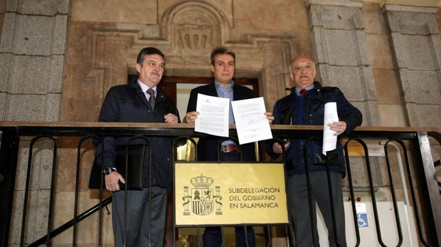 El presidente de la Asociación Salvar el Archivo de Salamanca, en el centro, con la carta remitida al ministro de Cultura y las mociones promovidas en el Ayuntamiento y las Cortes de Castilla y León