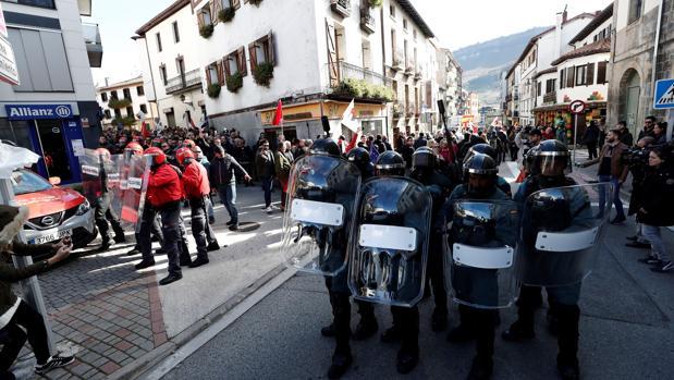 Efectivos de la Guardia Civil y la Policía Foral junto a asistentes al acto de apoyo la Guardia Civil celebrado por la iniciativa «España Ciudadana», impulsada por Ciudadanos hoy en Alsasua