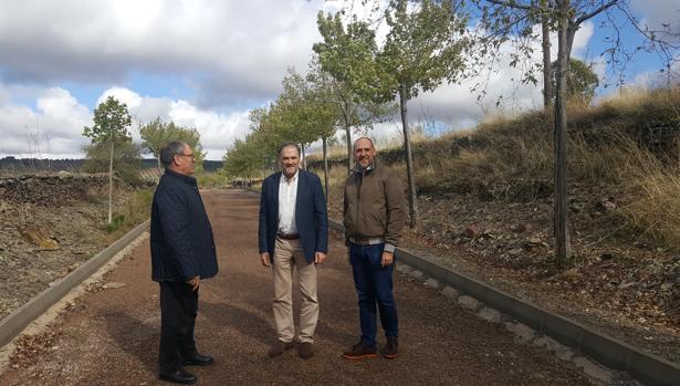 El delegado de la Junta en Talavera, David Gómez, con el alcalde de La Nava, Rufino Muñoz