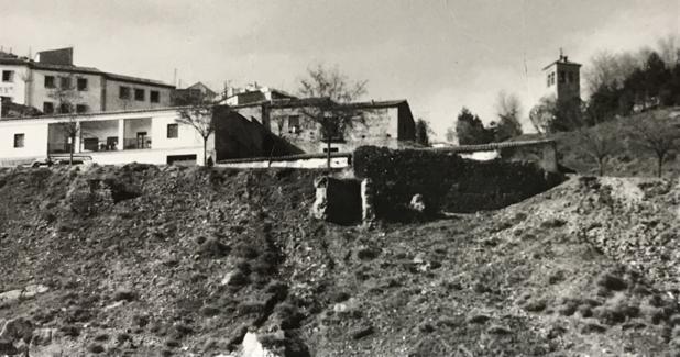Vista lateral del Corral de Vacas en 1963. Al fondo la torre de San Miguel. Foto Rodríguez. Archivo Municipal de Toledo